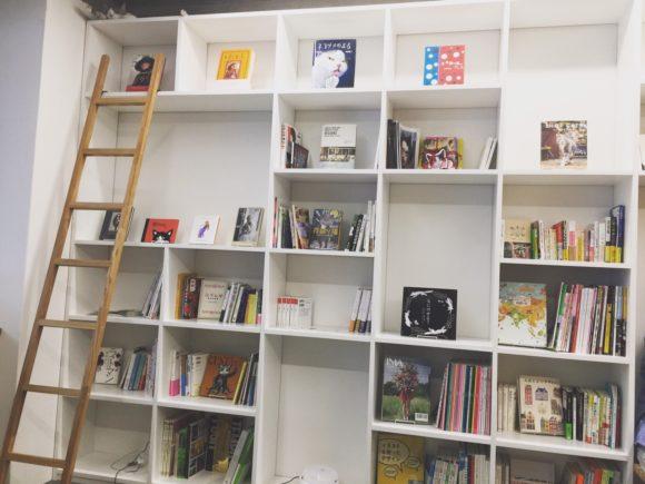 写真:「保護猫カフェ ネコリパブリック広島」の本棚