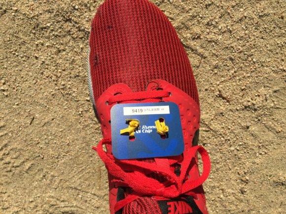 写真:ランナーズチップを靴に装着